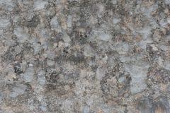 Fachada gris áspera y dañada vieja del edificio Superficie de la pared exterior fotos de archivo libres de regalías