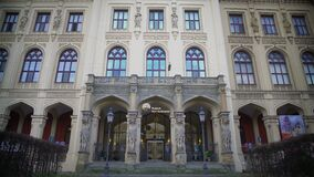 Fachada hermosa de los continentes del museo cinco en Munich, Alemania, turismo almacen de video