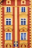 Fachada histórica de uma casa em Praga imagens de stock