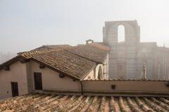 Fachada incompleta del nuovo o del Facciatone previsto del Duomo en niebla Siena Toscana Italia Imagen de archivo libre de regalías