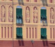 Fachada italiana decorativa da construção com obturadores verdes imagem de stock royalty free
