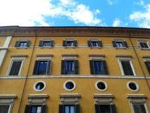 Fachada italiana típica del edificio Imágenes de archivo libres de regalías