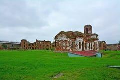 Fachada lateral do templo arruinado na fortaleza Oreshek perto de Shlisselburg, Rússia Fotografia de Stock