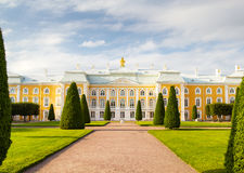 Fachada magnífica del palacio de Peterhof Imagen de archivo