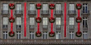 Fachada majestuosa del hotel con las decoraciones de la Navidad Fotos de archivo libres de regalías