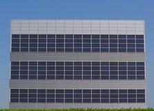 Fachada minimalista futurista da construção feita do revestimento de alumínio e dos painéis solares imagem de stock
