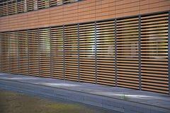 Fachada moderna da casa com revestimento exterior elaborado imagem de stock royalty free