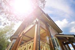 Fachada moderna de uma casa de madeira no fundo do céu Foto de Stock