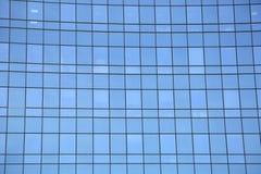 Fachada moderna del cielo y de las nubes reflectores de cristal y de acero foto de archivo