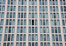 Fachada moderna del edificio con una ventana abierta Fotos de archivo