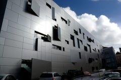 Fachada moderna del edificio de oficinas en Lisboa, Portugal con el revestimiento de aluminio fotografía de archivo libre de regalías