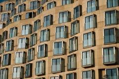 Fachada moderna del edificio - exterior de las propiedades inmobiliarias fotos de archivo
