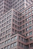 Fachada moderna do prédio de escritórios em níveis diferentes Foto de Stock
