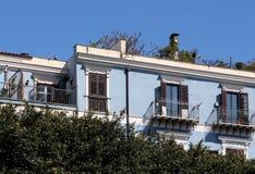 Fachada muito bem restaurada de uma construção velha com terraço Imagens de Stock Royalty Free
