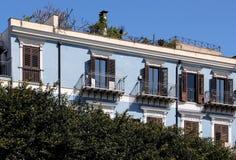 Fachada muito bem restaurada de uma construção velha com terraço Fotos de Stock