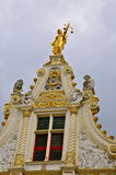 Fachada neoclássico com senhora Justice, Bruges Fotos de Stock