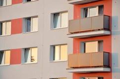 Fachada nova no bloco de apartamentos Fotos de Stock Royalty Free