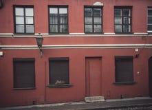 Fachada pasada de moda roja del café o de la tienda en Vilna fotografía de archivo libre de regalías