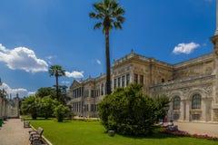 A fachada pitoresca do palácio das sultões Dolmabahce do otomano que enfrenta o Bosporus Imagem de Stock