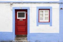 Fachada portuguesa vieja con la puerta y la ventana Imágenes de archivo libres de regalías