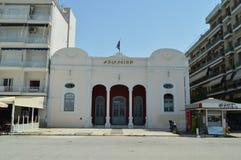 Fachada principal agradável de National Bank de Grécia em Volos Curso da história da arquitetura foto de stock