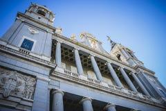 Fachada principal, Almudena Cathedral, situado en el área del Habs foto de archivo