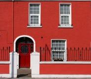Fachada roja de la casa Imágenes de archivo libres de regalías