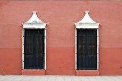 Fachada rosada con dos ventanas Fotografía de archivo