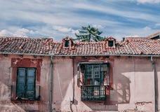 Fachada rural com janela e balcão imagens de stock