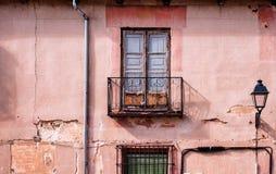 Fachada rural com janela e revérbero foto de stock