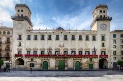Fachada solemne del ayuntamiento de Alicante con dos torres, España Imagen de archivo libre de regalías