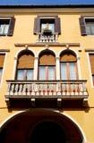 Fachada sul de uma construção dentro através de Prosdocimi em Pádua no Vêneto (Itália) Imagem de Stock