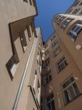 Fachada traseira curvada de uma casa de cortiço velha contra o céu imagem de stock royalty free