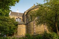 Fachada traseira da igreja cercada por árvores Imagens de Stock