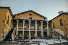 Fachada traseira do palácio soviético abandonado da cultura em Voronezh imagens de stock