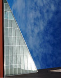 Fachada triangular de uma construção moderna Fotografia de Stock