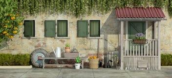 Fachada velha com ferramentas de jardinagem Fotografia de Stock Royalty Free