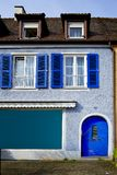 Fachada velha com obturadores azuis e porta em Breisach am Rhein Schwarzwald Alemanha imagens de stock