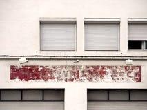 Fachada velha com uma cor vermelha gasto, janelas Imagens de Stock