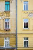Fachada velha contra a república checa de Brno da fachada nova foto de stock royalty free