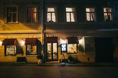 Fachada velha da casa da noite no centro de Vilnius imagem de stock