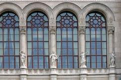 Fachada velha da construção com estátuas Budapest Imagem de Stock Royalty Free