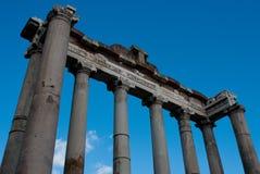 Fachada velha de um templo romano Fotos de Stock