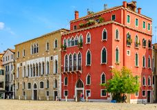 Fachada veneciana del edificio de la arquitectura gótica en un cuadrado en Veni Imagen de archivo