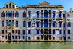 Fachada veneciana del edificio de la arquitectura gótica a lo largo de la poder magnífica Fotografía de archivo