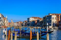 Fachada veneciana del edificio de la arquitectura gótica a lo largo de la poder magnífica Imagen de archivo