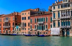 Fachada veneciana del edificio de la arquitectura gótica a lo largo de la poder magnífica Foto de archivo libre de regalías