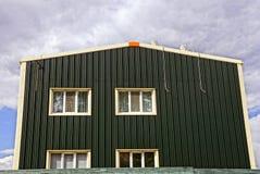 Fachada verde de uma construção privada com janelas Imagem de Stock Royalty Free