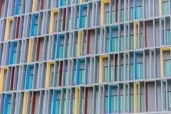 Fachada vermelha, amarela, e azul sobre a construção do projeto moderno Imagem de Stock Royalty Free