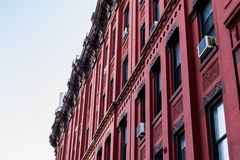Fachada vermelha de uma construção típica do brownstone de Harlem, Manhattan, New York City, NY, EUA imagem de stock